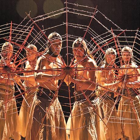 Coro. Nove atores do grupo se revezam entre os personagens de Eurípedes <252> Foto: Terceiro / Divulgação/João Caldas
