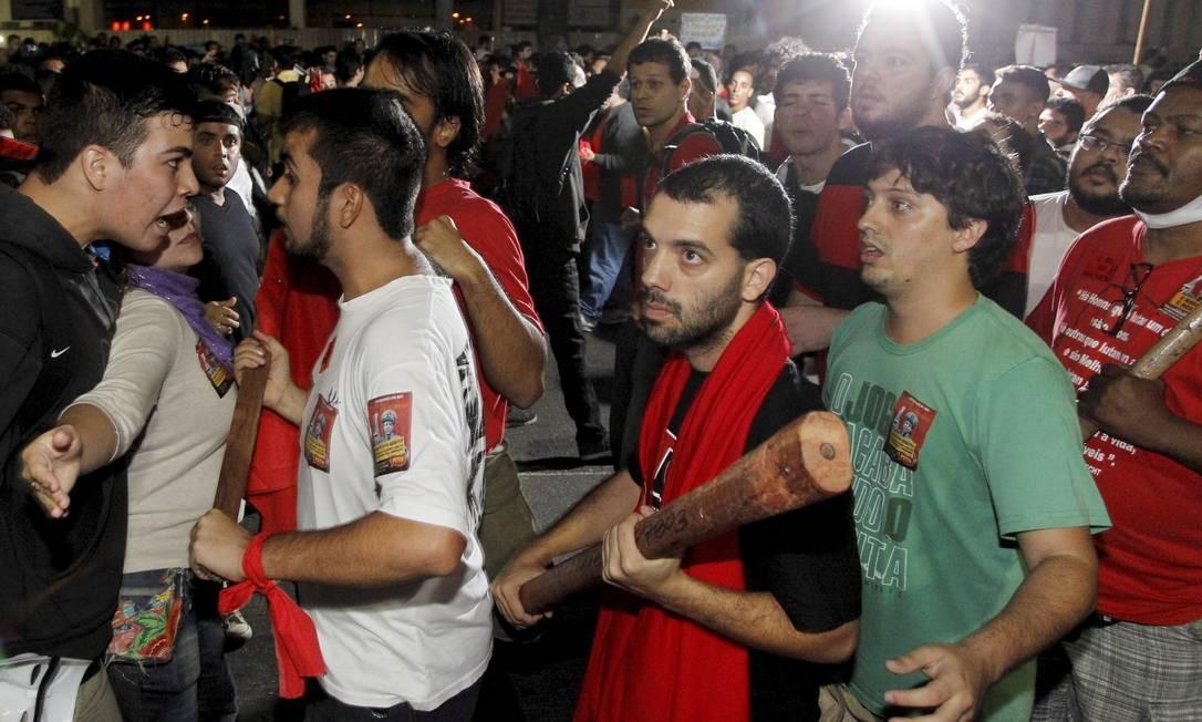 Manifestrantes tentam convencer integrantes de partido político a não exibirem bandeiras Foto: Agência O Globo