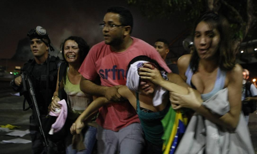 Manifestante ferida é socorrida na Avenida Presidente Vargas, no Centro do Rio Foto: Eduardo Naddar / Agência O Globo
