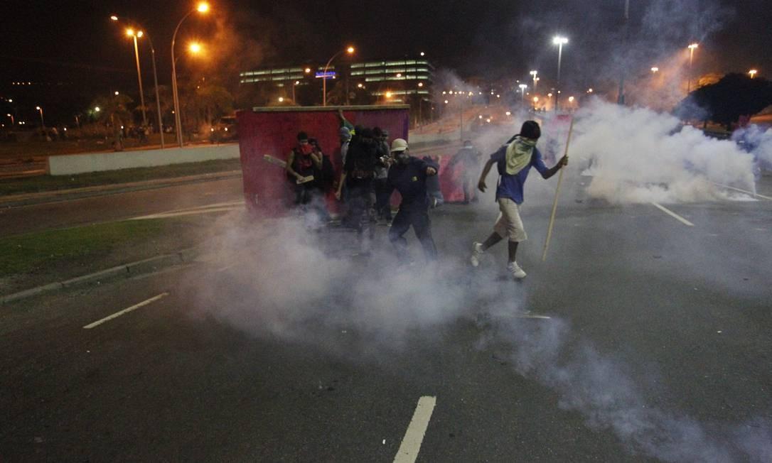 A área se transformou num campo de batalha, com fogueiras, bombas de gás, rojões e a presença de carros blindados dos agentes Foto: Agência O Globo