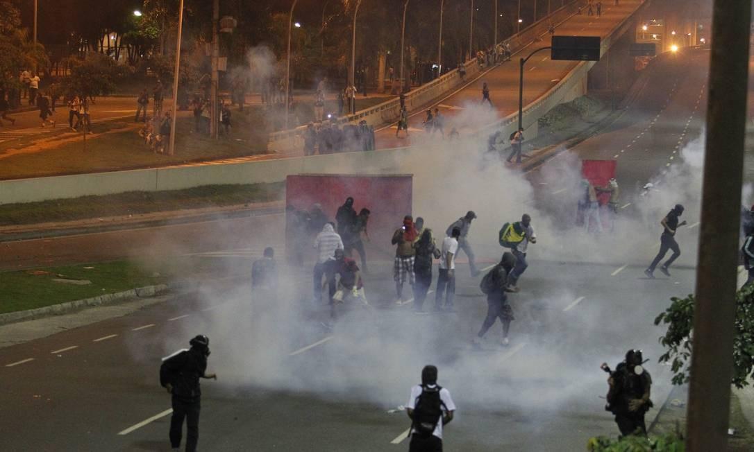 Barracas foram incendiadas e banheiros químicos foram depredados Foto: Agência O Globo