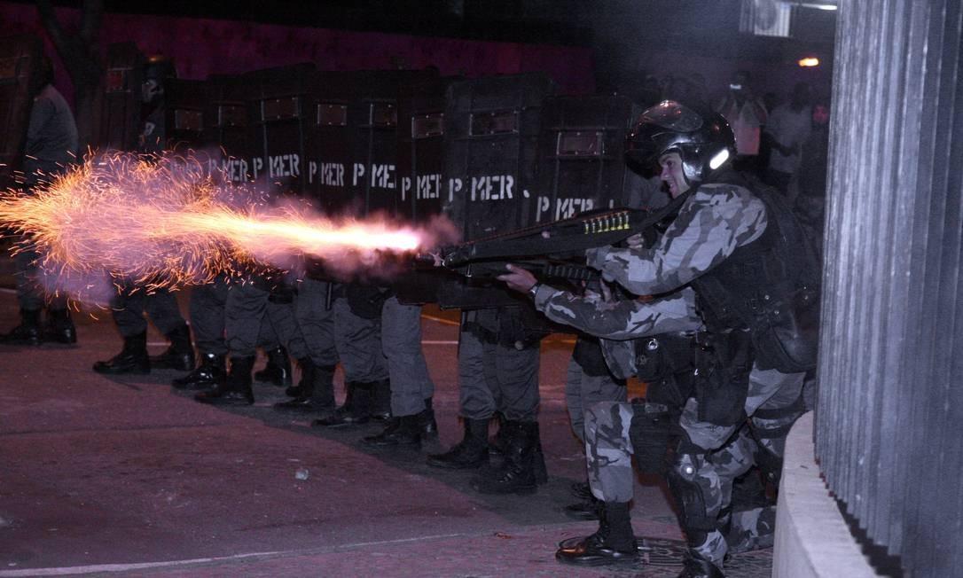 Mais cedo, alguns manifestantes chegaram a colocar fogo num carro da emissora de televisão SBT e quebrar motos de funcionários dos Correios Foto: Fabiano Rocha / Agência O Globo