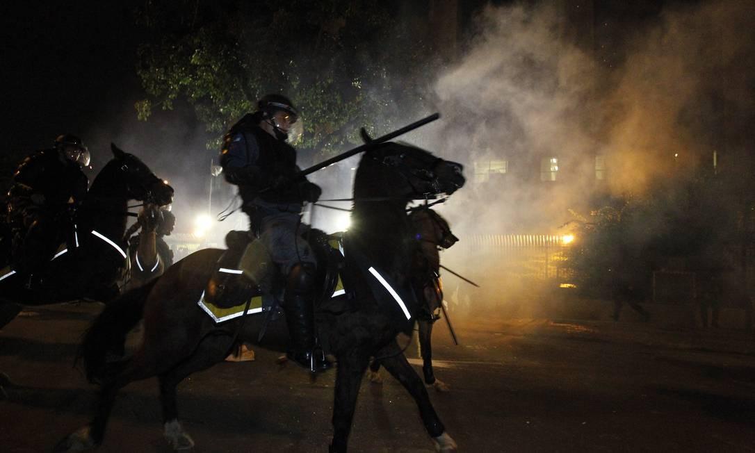 Entre eles, Pedro Vedova, repórter do canal, e o fotógrafo do GLOBO Marcelo Piu, atingidos por uma bala de borracha Foto: Agência O Globo