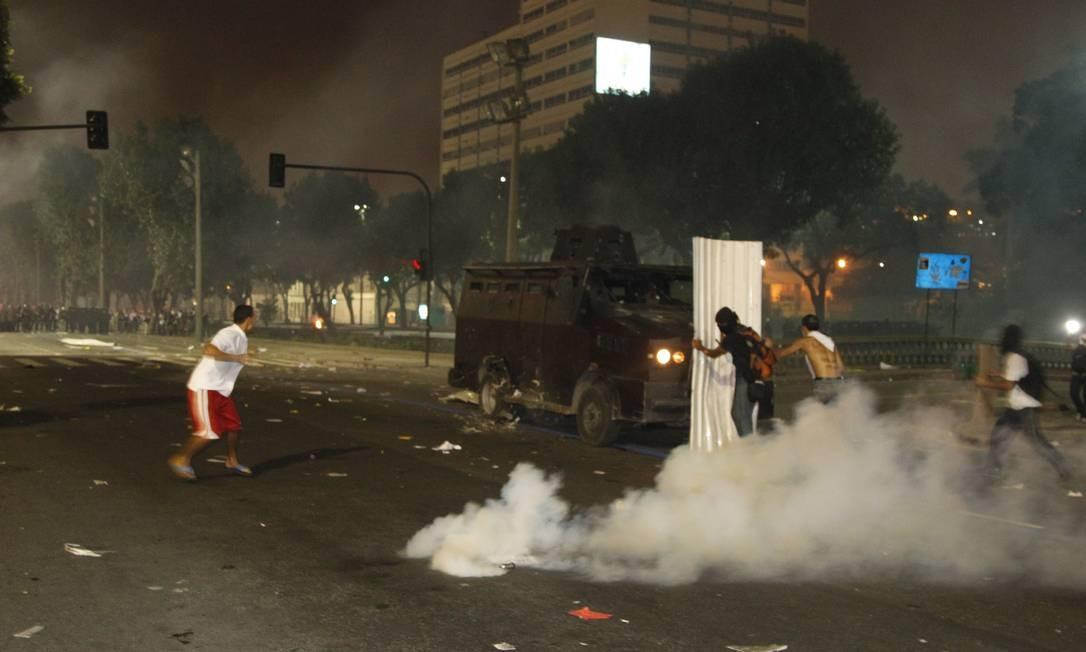 Manifestantes tentam impedir avanço do 'caveirão' da Polícia Militar na Presidente Vargas Foto: Marcelo Carnaval / Agência O Globo