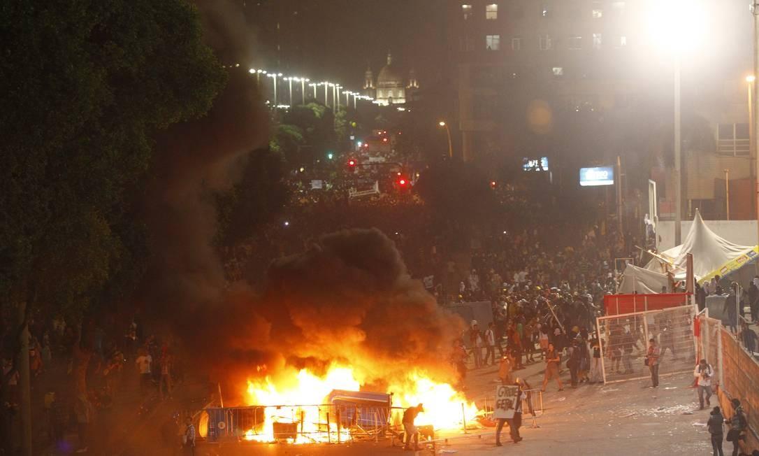 Manifestantes fazem fogueira em frente ao Terreirão do Samba, na Presidente Vargas Foto: Domingos Peixoto / Agência O Globo