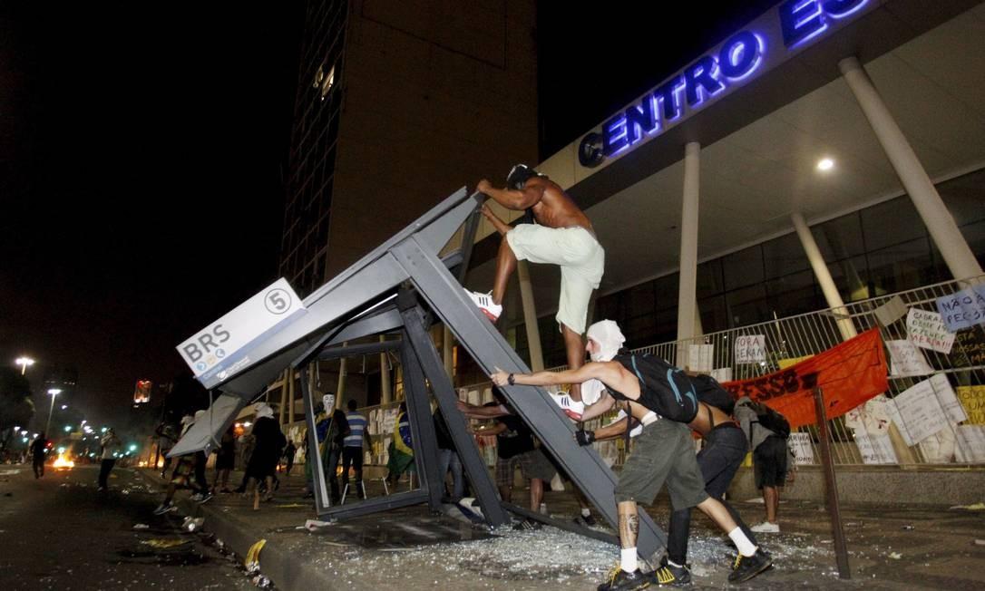 Grupo destrói ponto de ônibus na Avenida Presidente Vargas, no Centro do Rio Foto: Marcelo Piu / Agência O Globo