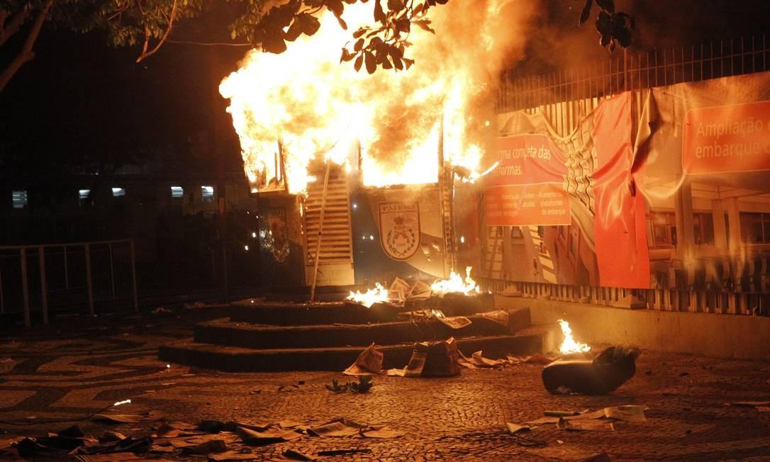 Cabine da polícia é incendiada na Central durante protesto Foto: Marcelo Piu / O Globo