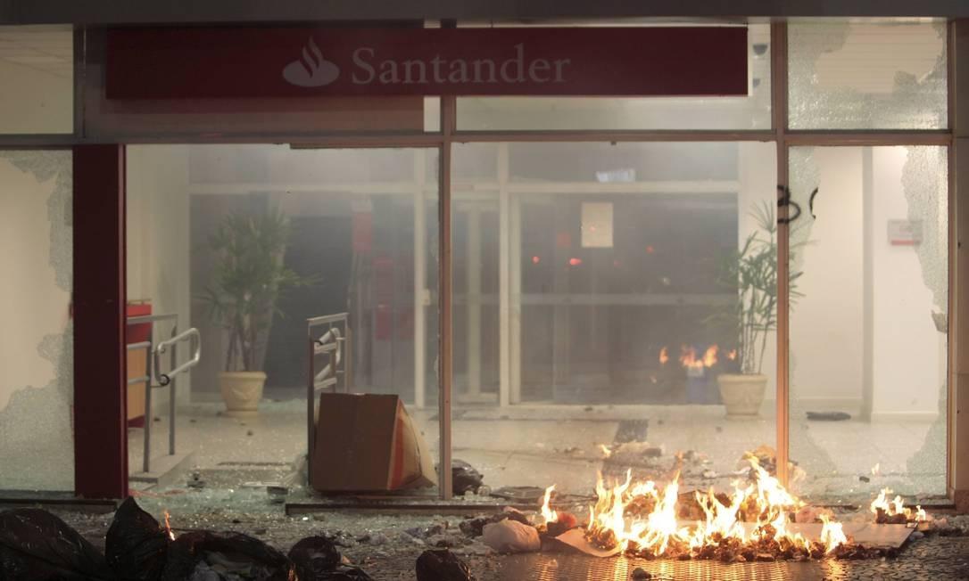Agência bancária na Avenida Presidente Vargas é depredada Foto: Cléber Júnior / Extra/O Globo