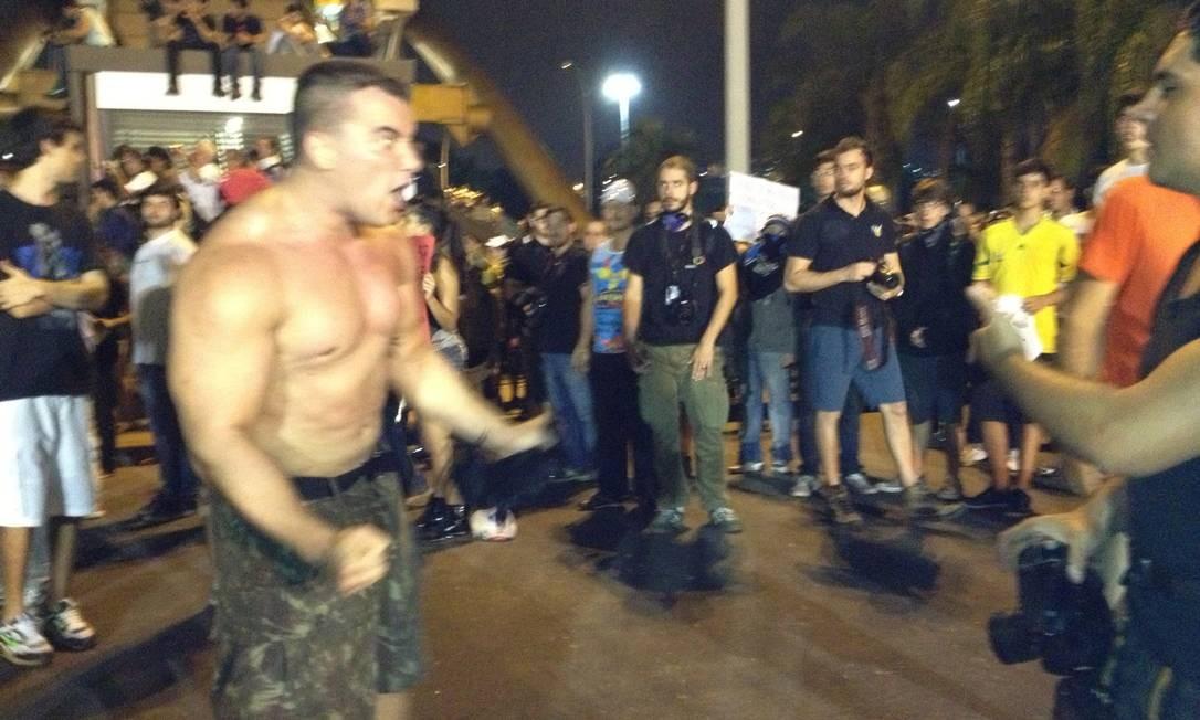 Sem camisa, manifestante provocava a polícia e pessoas que pediam paz no protesto Foto: Vera Araújo / O Globo