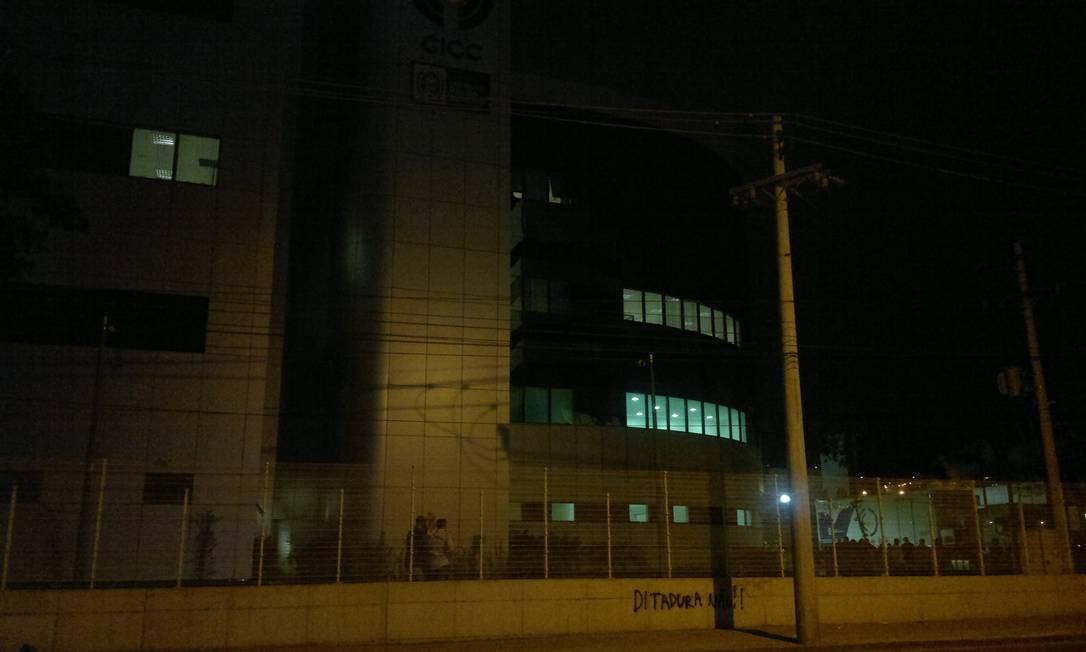 Nem o Centro Integrado de Comando e Controle (CICC), recém-inaugurado, foi poupado de atos de vandalismo em mais um dia de protestos Foto: Vera Araújo / O Globo