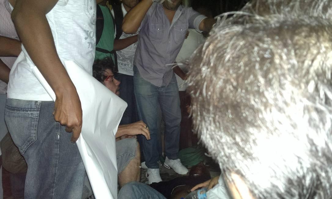 Médicos que estavam no protesto atendem uma pessoa que ficou ferida durante um confronto entre militantes de partido e manifestantes, na Avenida Presidente Vargas, logo depois da Central do Brasil Foto: Agência O Globo