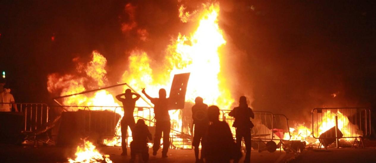 Grupo queima objetos durante protesto na Avenida Presidente Vargas Foto: PedroTeixeira / Agência O Globo