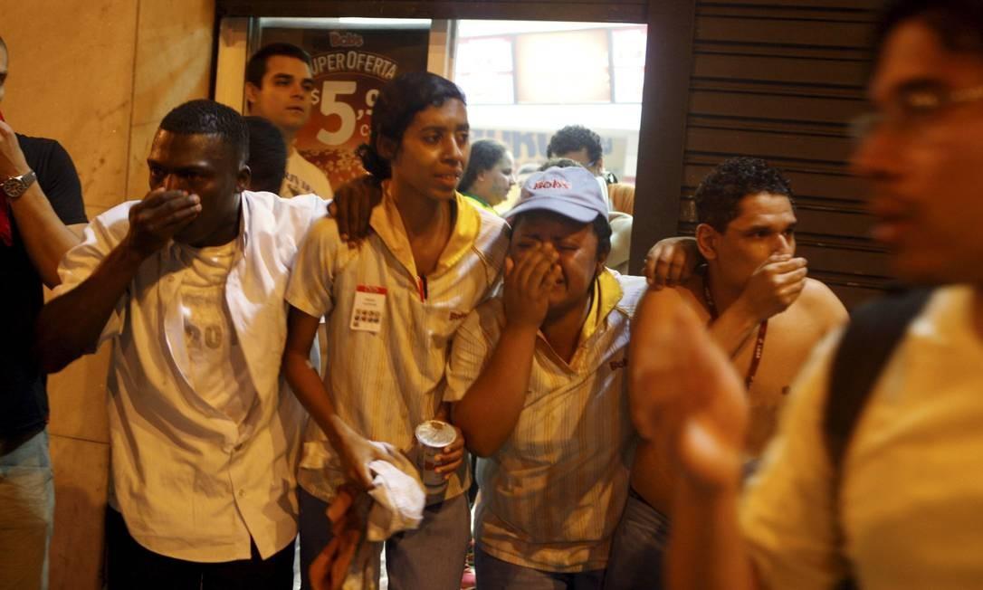 Funcionários de uma lanchonete, no Centro sofreram com o gás lacrimogêneo Foto: Gustavo Stephan / Agência O Globo