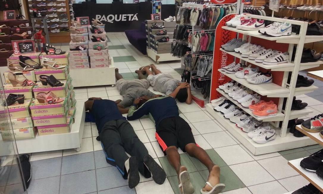 Homens são presos saqueando uma loja de calçados no CentroDivulgação Bope Foto: Bope / Divulgação