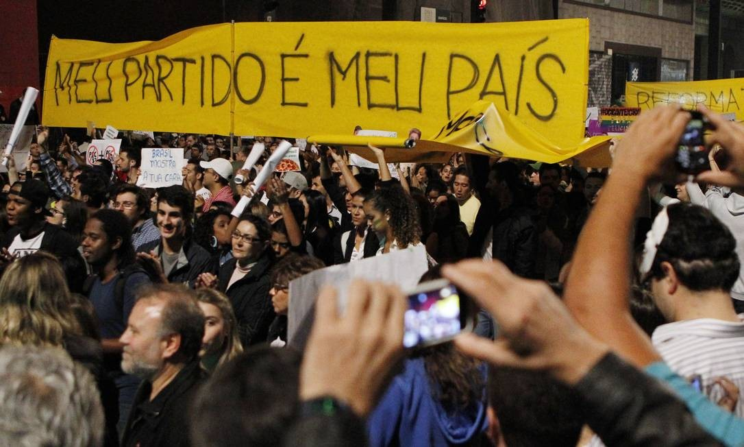 Sem partido. Cartaz erguido no ato da Paulista rejeita partidos Foto: Agência O Globo / Michel Filho