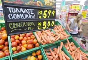 Legumes em supermercado no Rio: custo dos produtos na capital fluminense chegou a R$ 312,90, segundo o Dieese Foto: Leo Martins / Agência O Globo