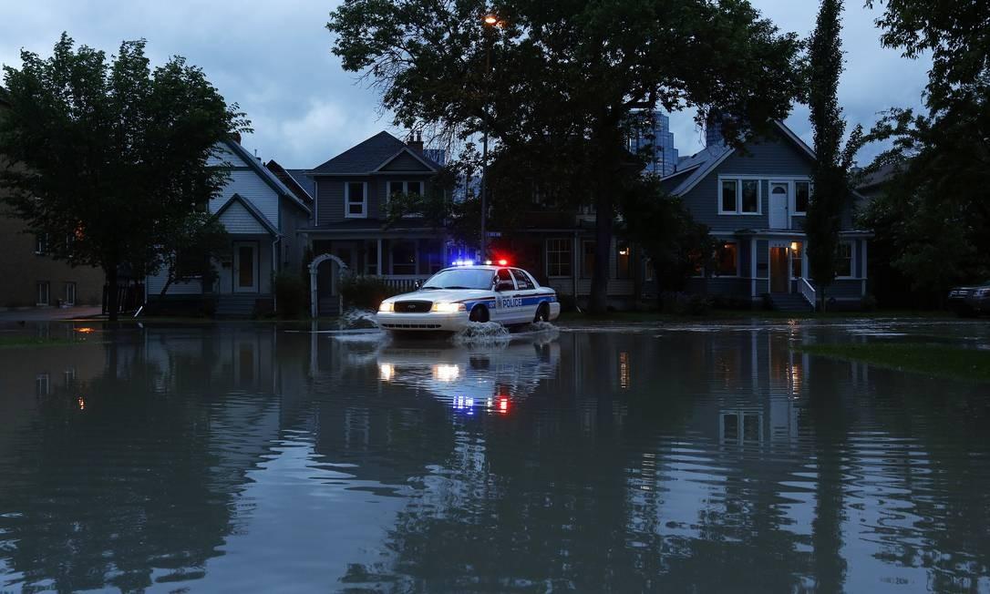 Polícia patrulha em bairro alagado na cidade de Sunnyside, em Calgary Foto: TODD KOROL / REUTERS