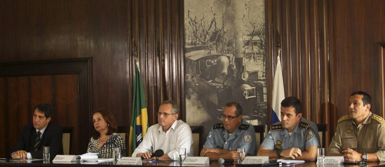 O Secretário de Segurança José Mariano Beltrame e da cúpula da segurança do estado Foto: Gabriel de Paiva / Agência O Globo
