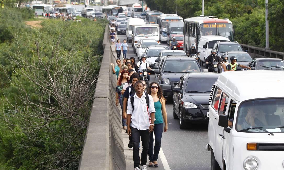 E algumas pessoas optaram por seguir a pé Pablo Jacob / Agência O Globo