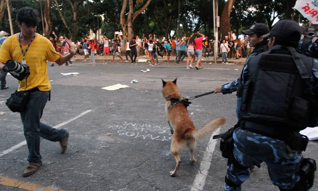 Protesto vira confusão em frente à prefeitura de Belém Foto: Raimundo Paccó / Agência O Globo
