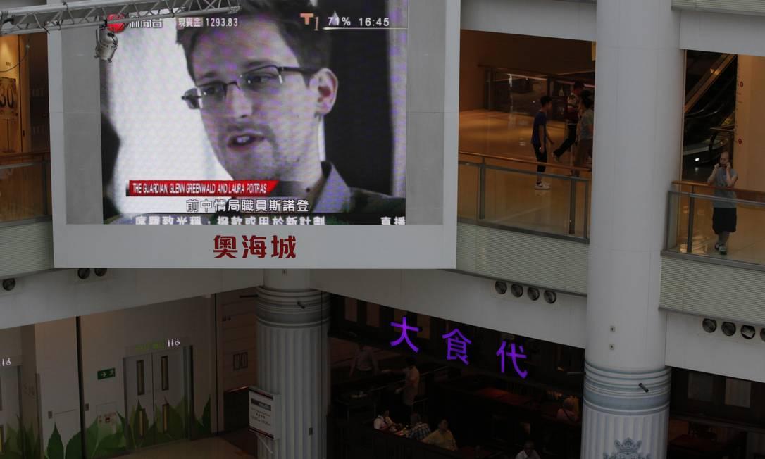 """Uma TV exibe notícias sobre Snowden em Hong Kong: nova reportagem do """"Guardian"""" revela capacidade de analisar grande volume de dados da agência de espionagem britânica Foto: Kin Cheung / AP"""