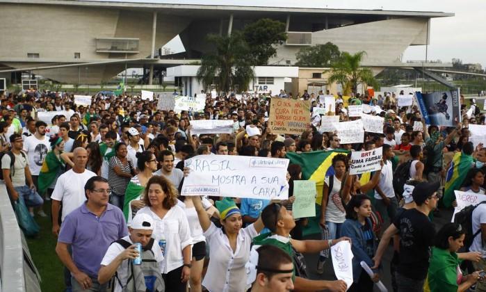 Manifestantes protestam em frente à Cidade das Artes, na Barra da Tijuca Pablo Jacob / Agência O Globo