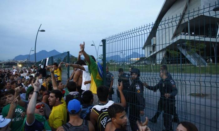 Polícia impede a entrada de manifestantes na Cidade das Artes Pablo Jacob / Agência O Globo