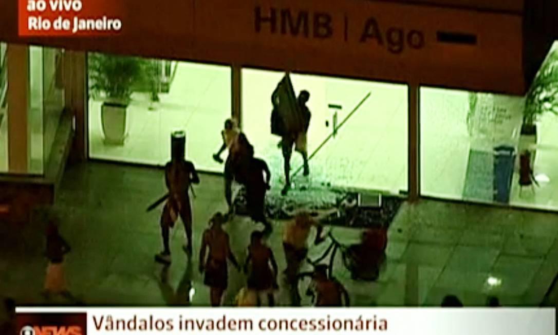 CI Rio de Janeiro(RJ) 21/06/2013 - Manifestantes saqueiam comércio na Barra.Reprodução de TV. Foto: Freelancer / Agência O Globo