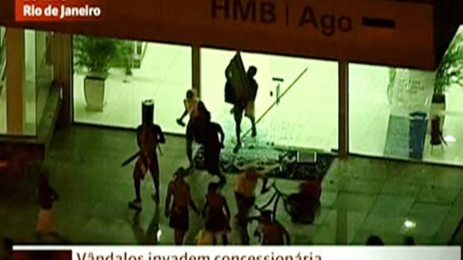 Grupo aproveita manifestação para saquear concessionária na Barra da Tijuca Foto: Reprodução / TV Globo