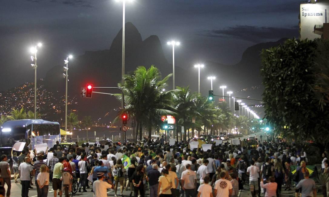 Centenas de pessoas seguem pacificamente em direção ao Leblon, na Zona Sul do Rio Domingos Peixoto / Agência O Globo