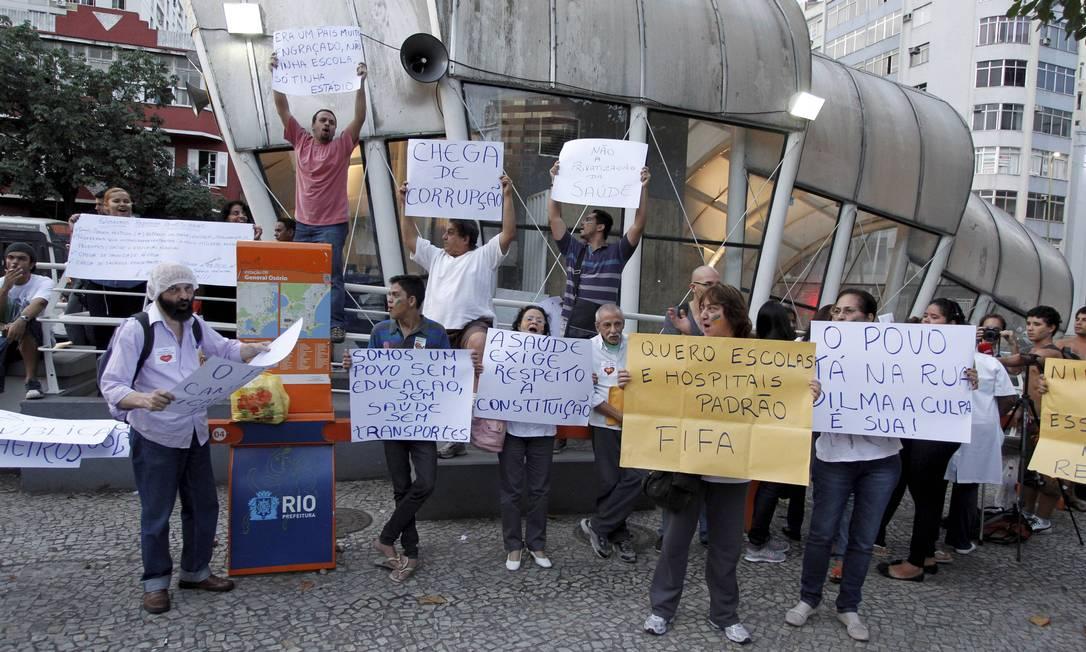 Manifestantes seguram cartazes com as mais diferentes reivindicações em frente a estação de metrô da General Osório Domingos Peixoto / Agência O Globo