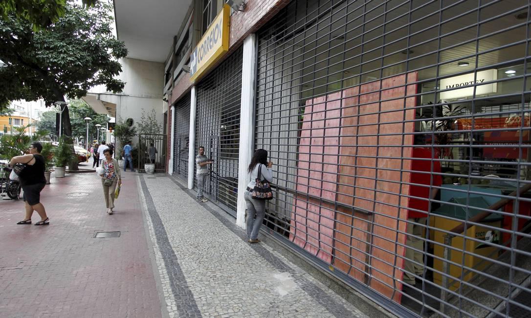 Comércio fechou mais cedo na Avenida Visconde de Pirajá, em Ipanema Domingos Peixoto / Agência O Globo