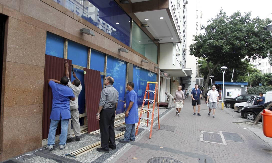 Mais cedo, comerciantes cobriram a fachada das lojas para evitar atos de vandalismo Domingos Peixoto / Agência O Globo