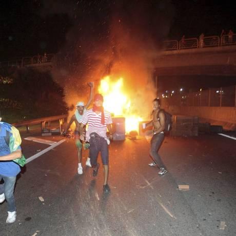 Manifestantes fecham pistas da Via Dutra na Baixada Fluminense. Eles queimaram pneus Foto: Cléber Júnior / Agência O Globo