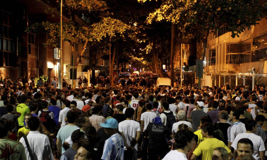 Manifestantes ocupam ruas do Leblon, na Zona Sul do Rio Domingos Peixoto / Agência O Globo
