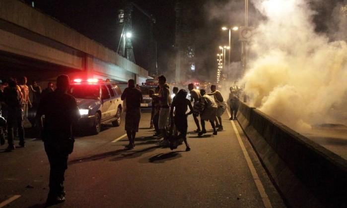 Tumulto durante protesto na Barra da Tijuca. Policiais entraram em confronto com grupo que promoveu vandalismo Marcelo Theobald / Agência O Globo