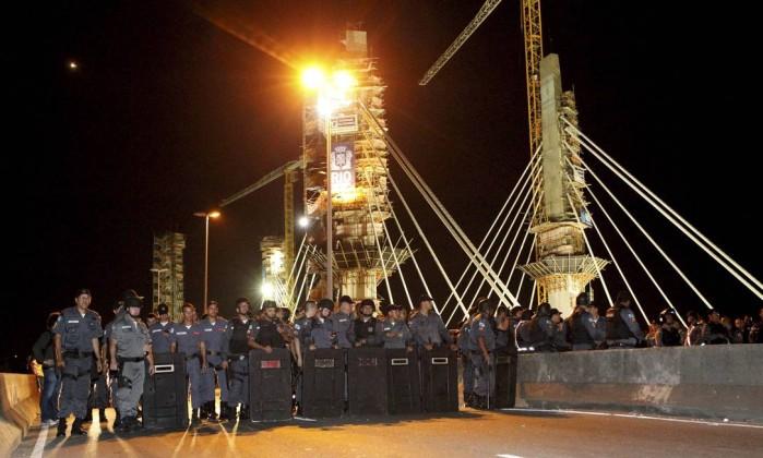 Barreira de policiais próximo à Ponte estaiada, na Barra da Tijuca, onde vândalos aproveitaram um protesto para promover arrastões Marcelo Piu / Agência O Globo