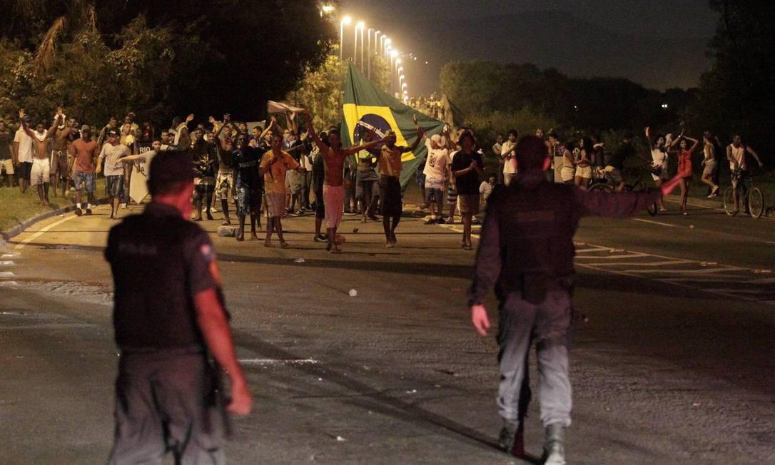 Tumulto durante a manifestação na Avenida Ayrton Senna, na Barra da Tijuca Marcelo Theobald / Agência O Globo
