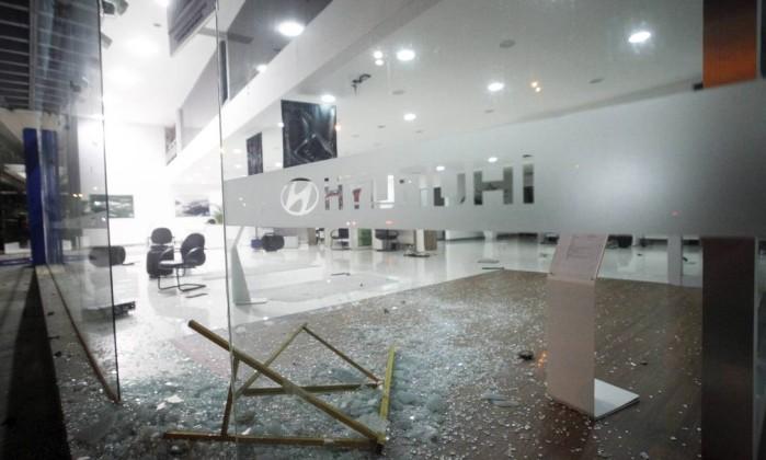 Concessionária de automóveis fica destruída após arrastão na Barra Pedro Kirilos / Agência O Globo
