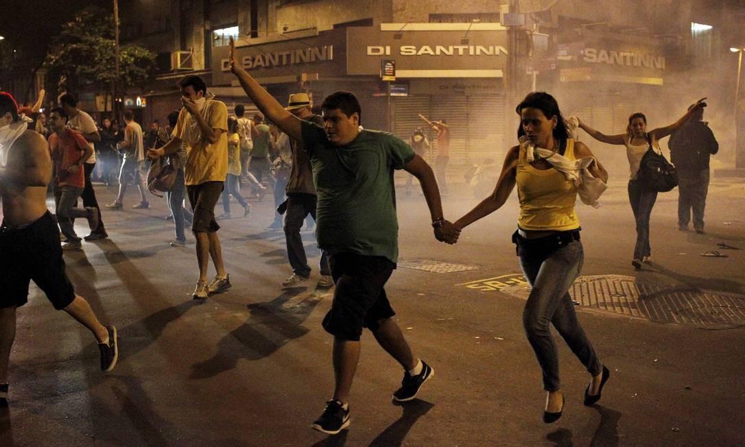 Debandada. Explosão de bombas de gás lacrimogênio fizeram manifestantes abandonar ato Foto: Pedro Kirilos / Pedro Kirilos/20-6-2013