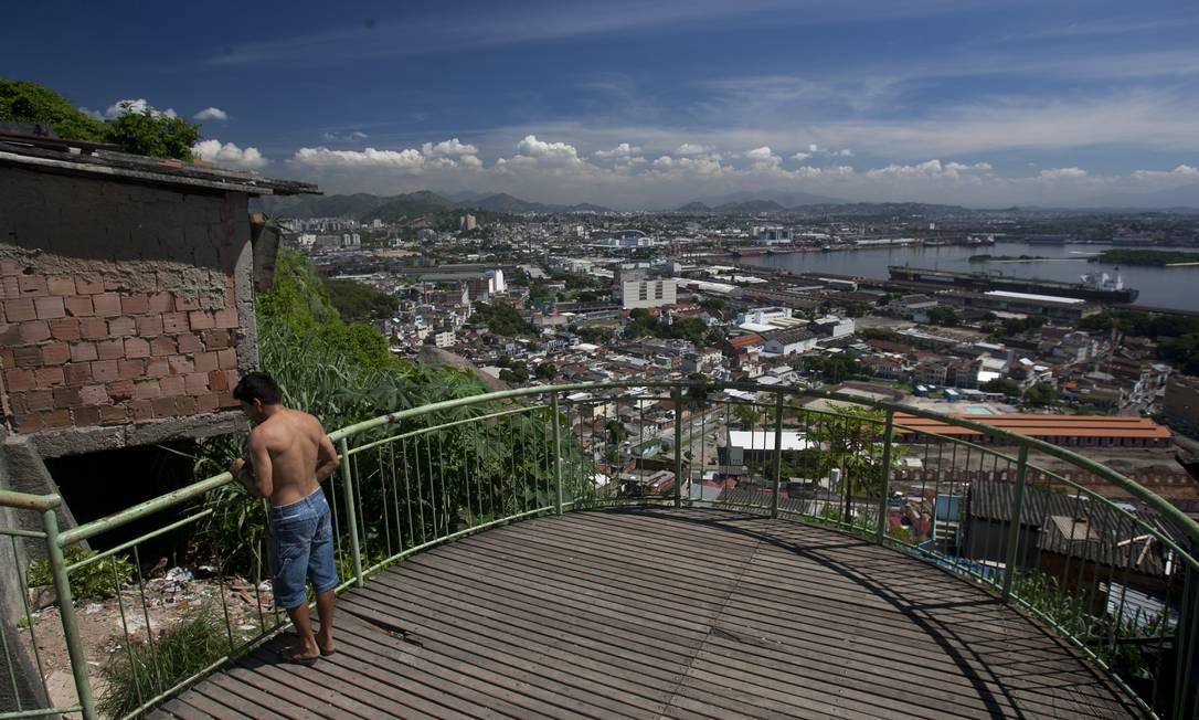 Morador no mirante da obra, no Morro da Providência Foto: Rafael Andrade / O Globo