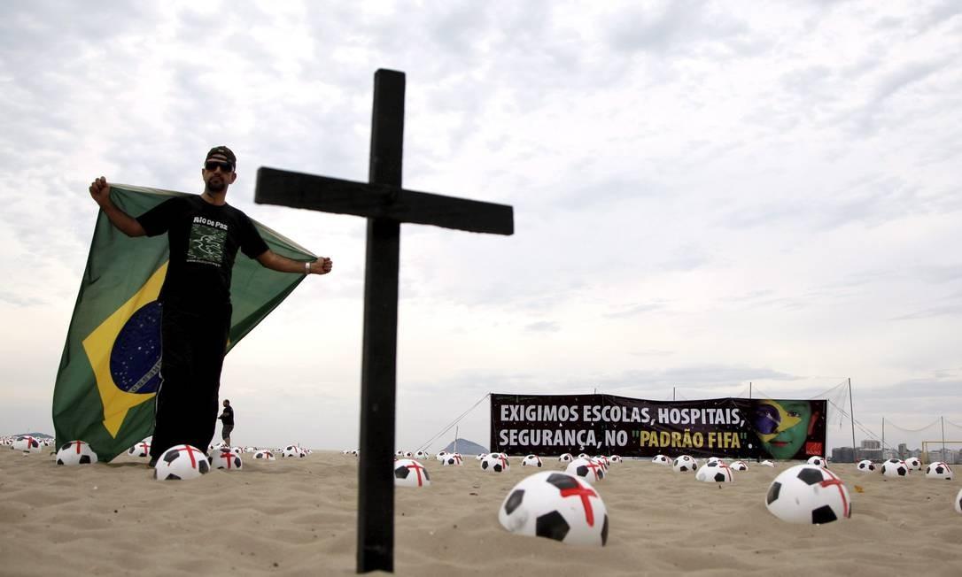 Rio de Paz faz manifesto na orla de Copacabana Foto: Marcos Tristão / Agência O Globo