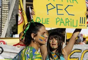 Manifestantes protestam contra a PEC 37 em frente ao Museu de Arte de São Paulo Foto: Michel Filho / Agência O Globo
