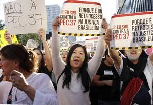PA São Paulo (SP) 22/06/2013 - Manifestantes usam cartazes contra a proposta que limita o poder de investigação do Ministério Público Foto: Michel Filho / Agência O Globo