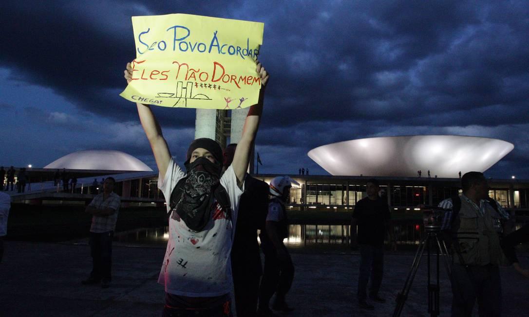 Estudantes mostra cartaz durante protesto em frente ao Congresso: Foto: Agencia O Globo / André Coelho