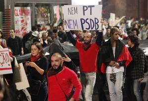 Na Avenida Paulista, manifestante exibe cartaz contra duas das principais legendas do país Foto: Eliária Andrade / O Globo
