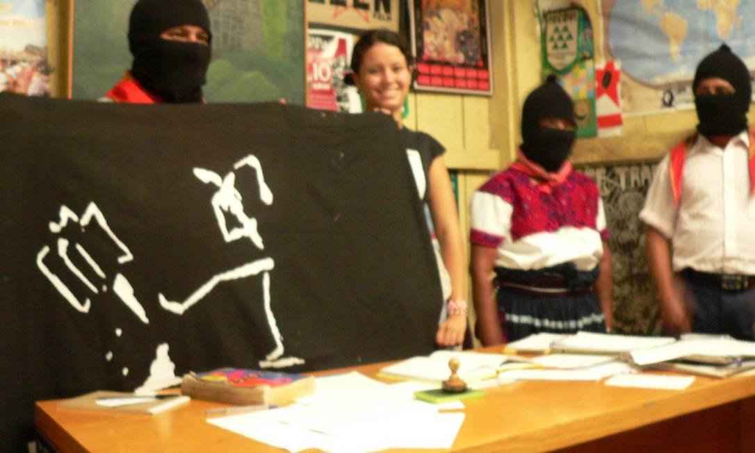 Zapatista recebe bandeira de militante o MPL de Brasília no México, em 2007 Foto: Terceiro / Divulgação