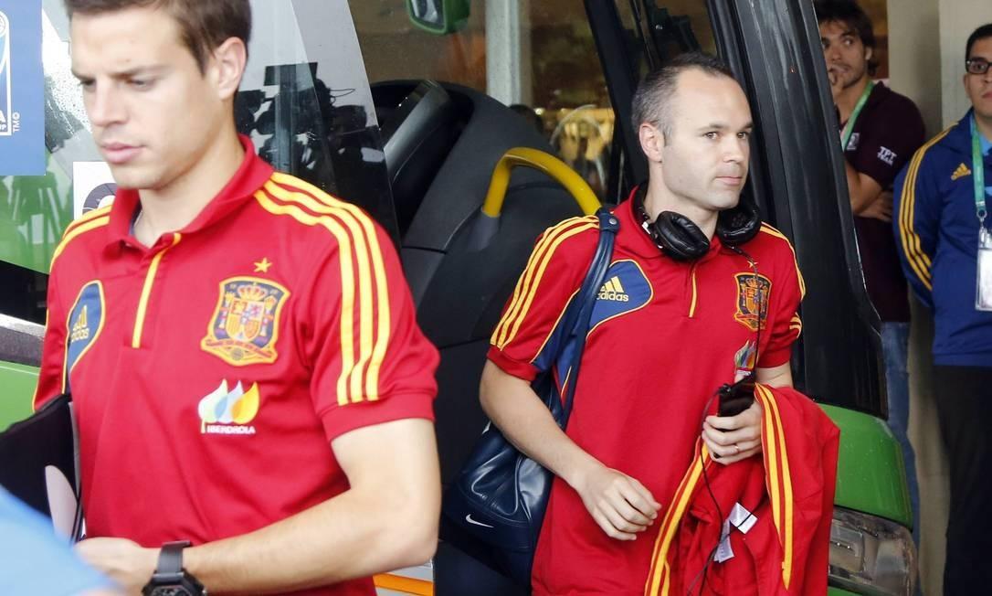 O meia espanhol Andrés Iniesta também costuma viajar acompanhado de seu headphone Foto: Fabio Rossi/ O Globo