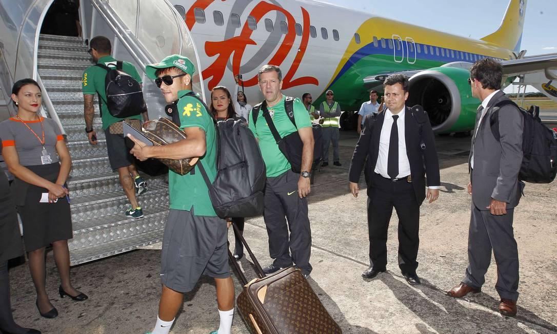 Para viajar, Neymar capricha no visual: óculos, headphone e mala e nécessaire da Louis Vuitton Foto: Rafael Ribeiro/ CBF