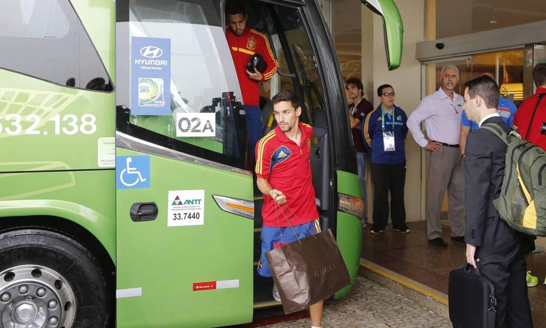O espanhol Jesús Navas trocou malas e mochilas por uma sacola da grife italiana Gucci Foto: Fabio Rossi/ O Globo